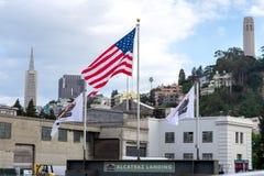 Flaga Amerykańska przy Alcatraz lądowaniem w San Franscisco, Kalifornia Zdjęcia Royalty Free