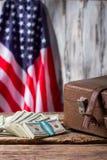 Flaga amerykańska, skrzynka i dolary, zdjęcie royalty free