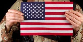 Flaga amerykańska trzyma męskim żołnierzem Obrazy Royalty Free