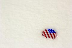 Flaga amerykańskiej butelki nakrętka w śniegu Zdjęcie Royalty Free