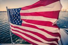 Flaga amerykańskiej falowanie na błyskawicznej poruszającej łodzi Fotografia Royalty Free