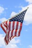 Flaga amerykańskiej falowanie wysoki w niebieskim niebie obraz stock