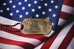 Flaga amerykańskiej i teksta dzień pamięci w psiej etykietce Obrazy Stock