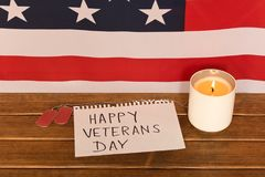 Flaga amerykańskiej i wojska żetony na weterana dniu Pamiątkowa świeczka zdjęcia royalty free