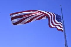 Flaga amerykańskiej latanie przy połówka personelem lub połówka masztem zdjęcia royalty free