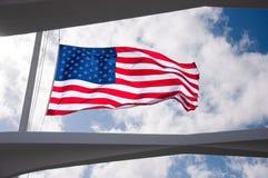 Flaga Amerykańskiej połówki latający maszt przy USS Arizona pomnikiem Obraz Royalty Free