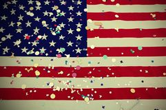 Flaga amerykańska lampasy z kolorowymi confetti podczas th i gwiazdy Obraz Royalty Free