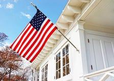 Flaga amerykańska na Piaskowatym haczyka Lekkiego domu muzeum Fotografia Stock
