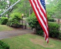 Flaga amerykańska w frontowym jardzie zdjęcie stock