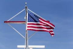 Flaga amerykańska w niebieskim niebie Zdjęcia Royalty Free