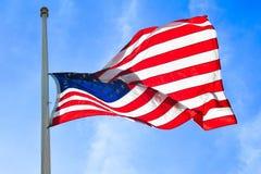 Flaga amerykańskiej dmuchanie w wiatrze obraz royalty free