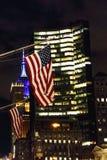 Flaga amerykańskiej falowanie od Manhattan ` s Nowy Jork budynków przy ni Obraz Stock