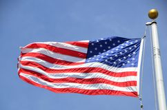 Flaga amerykańskiej dmuchanie w wiatrze Obrazy Royalty Free