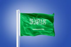 Flaga Arabia Saudyjska latanie przeciw niebieskiemu niebu Obraz Stock
