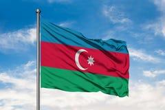 Flaga Azerbejdżan falowanie w wiatrze przeciw białemu chmurnemu niebieskiemu niebu Azerbejd?a?ska flaga obraz royalty free