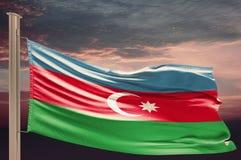 Flaga Azerbejdżan na chmurnym niebie obrazy royalty free