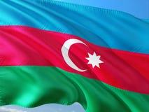 Flaga Azerbejd?an falowanie w wiatrze przeciw g??bokiemu niebieskiemu niebu Wysokiej jako?ci tkanina obrazy royalty free