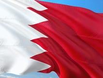 Flaga Bahrajn falowanie w wiatrze przeciw g??bokiemu niebieskiemu niebu Wysokiej jako?ci tkanina fotografia royalty free