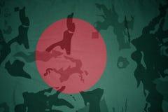 flaga Bangladesh na khakiej teksturze opancerzenia napadu ciała zakończenia pojęcia flaga zieleni m4a1 militarny karabinu s strza Fotografia Stock