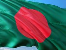 Flaga Bangladesz falowanie w wiatrze przeciw g??bokiemu niebieskiemu niebu Wysokiej jako?ci tkanina zdjęcie stock