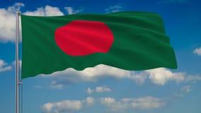 Flaga Bangladesz przeciw tłu chmury unosi się na niebieskim niebie royalty ilustracja