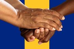 Flaga Barbados, integracja wielokulturowa grupa młodzi ludzie zdjęcia royalty free