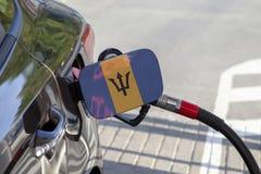 Flaga Barbados na samochodowym ` s paliwa napełniacza łopocie zdjęcie royalty free