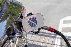 Flaga Bośnia, Herzegovina na samochodowym ` s paliwa napełniacza łopocie - zdjęcie stock
