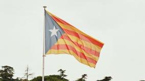 Flaga Catalonia przeciw niebieskiemu niebu zbiory