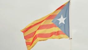 Flaga Catalonia przeciw niebieskiemu niebu zbiory wideo