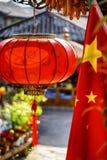 Flaga Chiny i tradycyjni chińskie czerwieni lampion fotografia royalty free