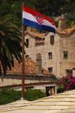 Flaga Crotia falowanie w wiatrze przy Hvar miasteczkiem Obrazy Royalty Free