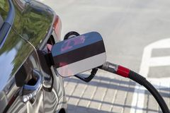 Flaga Estonia na samochodowym ` s paliwa napełniacza łopocie obraz royalty free