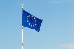 Flaga Europe zjednoczenie pod niebieskim niebem Obrazy Stock