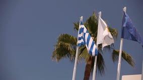 Flaga Europejski zjednoczenie, Grecja, Cypr miasto Aya Napa, Grecja, Zaznaczają na flagpole wiatrowy falowanie zdjęcie wideo