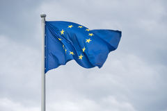 Flaga Europejski zjednoczenie trzepocze na wiatrze Zdjęcia Stock
