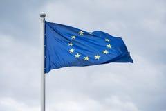 Flaga Europejski zjednoczenie trzepocze na wiatrze Obrazy Stock