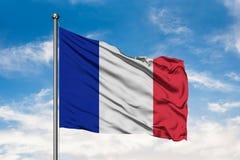 Flaga Francja falowanie w wiatrze przeciw białemu chmurnemu niebieskiemu niebu Francuz flaga zdjęcia stock