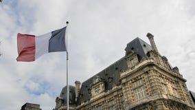 Flaga Francja falowanie w wiatrze przeciw niebieskiemu niebu Poj?cie patriotyzm swobodny ruch zbiory