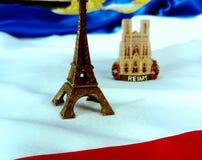 Flaga Francja z wieży eiflej i Reims katedrą fotografia stock