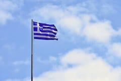 Flaga Grecja latanie w wiatrze i niebieskim niebie Lata tło dla podróży i wakacji crete Greece Zdjęcia Stock
