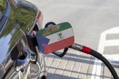 Flaga gwinea równikowa na samochodowym ` s paliwa napełniacza łopocie obrazy stock