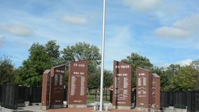 Flaga i ściana honor przy weterani Memoral zbiory wideo