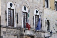 Flaga i balkony w Lucca Włochy Obrazy Royalty Free