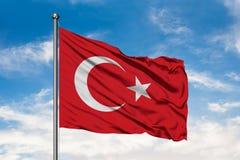 Flaga Indyczy falowanie w wiatrze przeciw białemu chmurnemu niebieskiemu niebu Turecczyzny flaga zdjęcie stock