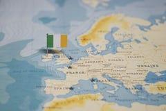 Flaga Ireland w światowej mapie zdjęcie royalty free
