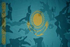 flaga Kazakhstan na khakiej teksturze opancerzenia napadu ciała zakończenia pojęcia flaga zieleni m4a1 militarny karabinu s strza Zdjęcia Stock