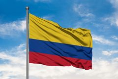 Flaga Kolumbia falowanie w wiatrze przeciw białemu chmurnemu niebieskiemu niebu kolumbijska flag? zdjęcie stock