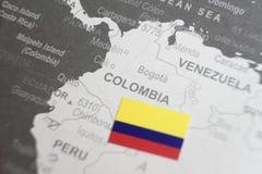Flaga Kolumbia umieszczał na Kolumbia mapie światowa mapa zdjęcie stock