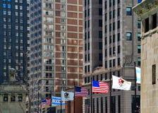 Flaga kraj, stan i miasto, latają nad mostem na Michigan alei, Chicago obraz royalty free